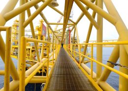 industrilackering av stål på en gul brygga