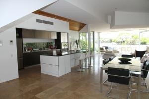 ett vardagsrum med golvplattor behandlad med