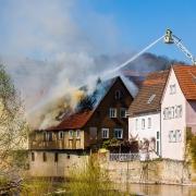 brinnande hus med branskyddsfärg för trä