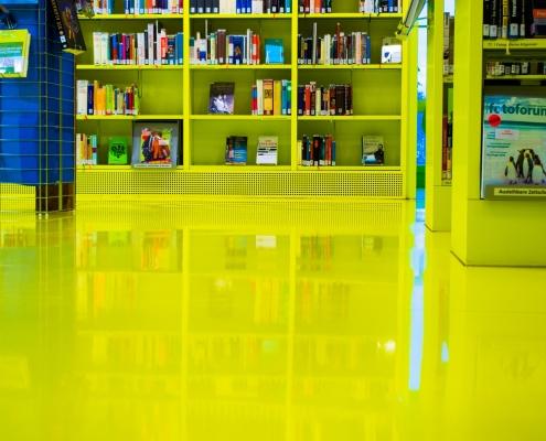 en gul golvbeläggning på ett fabrikgolv