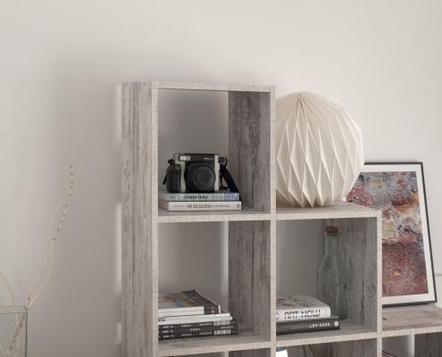 vit kalkfärg på hyllan med synliga penselspår