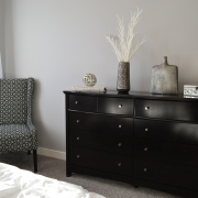 grå vägg med kalkfärg