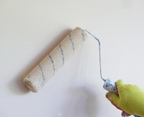 vit målarfärg på väggan